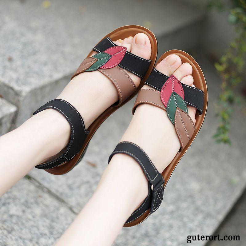 vorne geschlossene schwarze sandalette